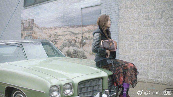 關曉彤拍攝COACH形象片的幕後花絮。圖/取自微博