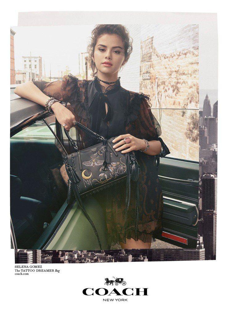 席琳娜戈梅茲手拿Dreamer系列手袋。圖/COACH提供