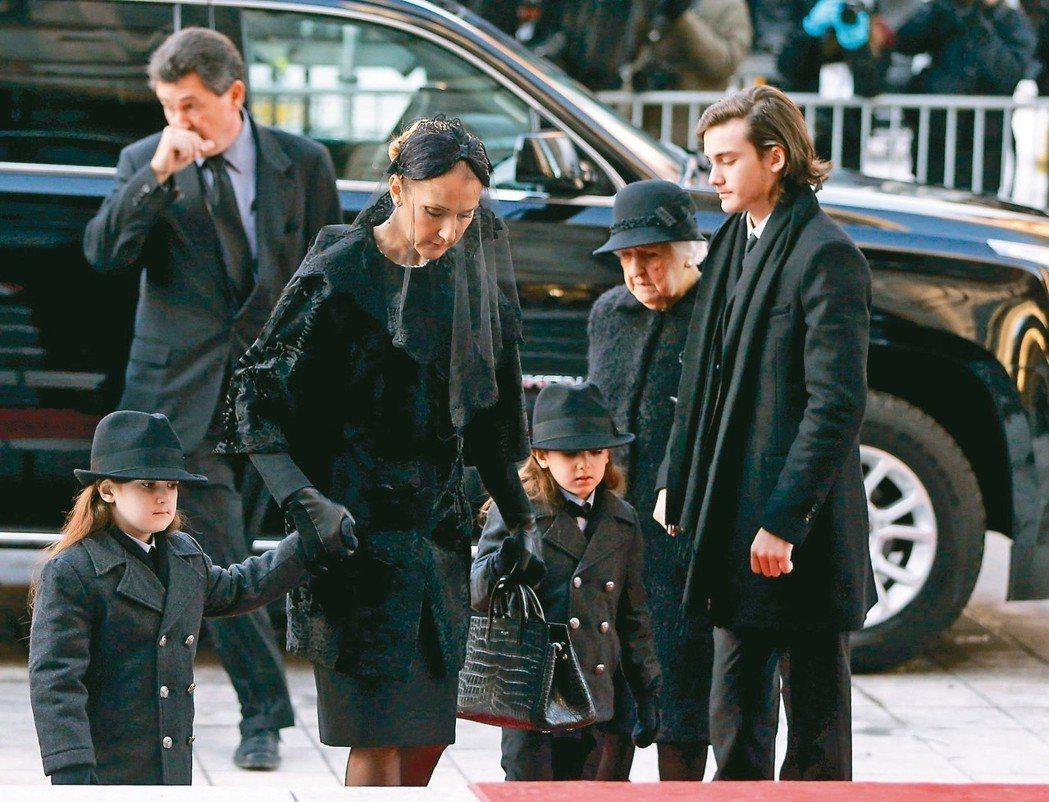 席琳狄翁(左三)忍住悲傷在母親、孩子陪伴下出席丈夫雷尼的喪禮。 圖/路透資料照片