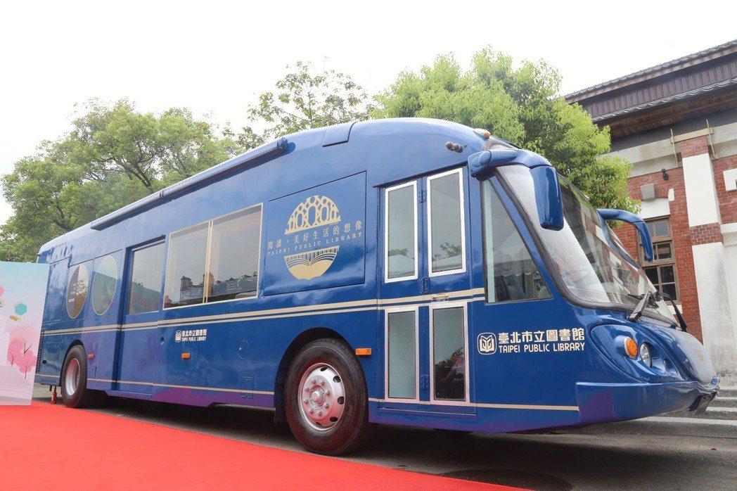 行動書車由一輛至少45人座的大巴改造,近3公尺高、12公尺長,閃著亮麗烤漆。 記...
