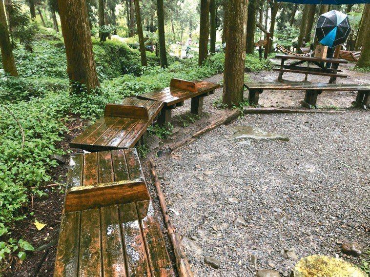 露天木椅。 記者江良誠/攝影