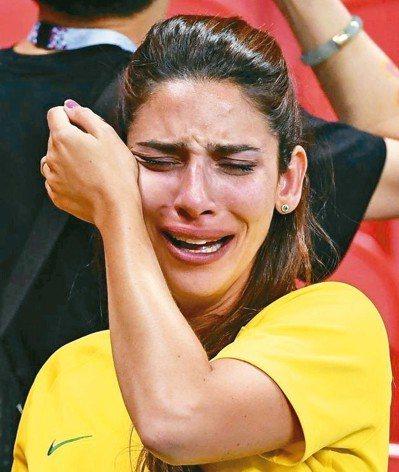 支持球隊落敗,球迷落淚。 (法新社)