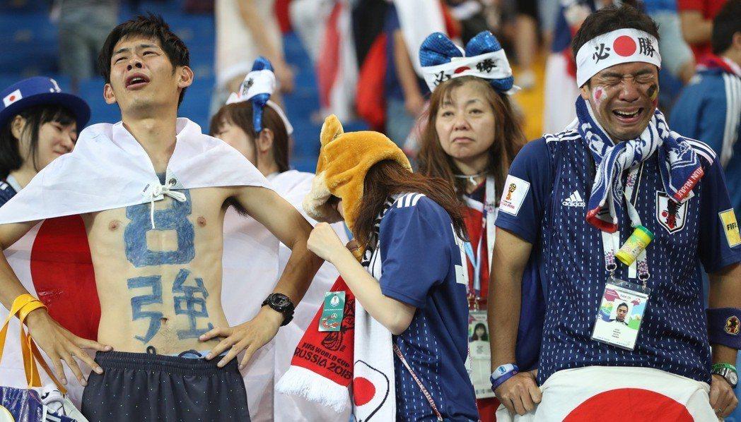 俄羅斯世界盃足球賽的十六強淘汰賽,日本隊以2比3被比利時隊逆轉,場邊球迷難掩失望...