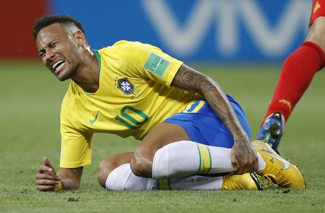 巴西內馬爾痛苦抓著脛骨。(美聯社)