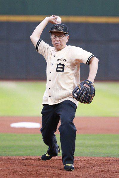 2018中華職棒紅白明星對抗賽昨天在天母棒球場舉行,台北市長柯文哲為比賽開球。 ...