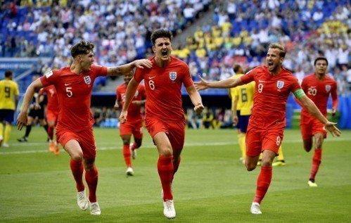 英格蘭馬奎爾(左二)為球隊頂進第一球,與隊友史東斯(左)、凱恩(右)一起狂奔慶賀...