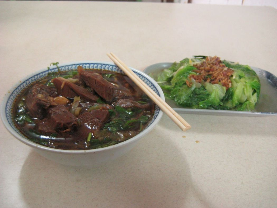 牛肉麵配燙青菜。 圖/聯合報系資料照片