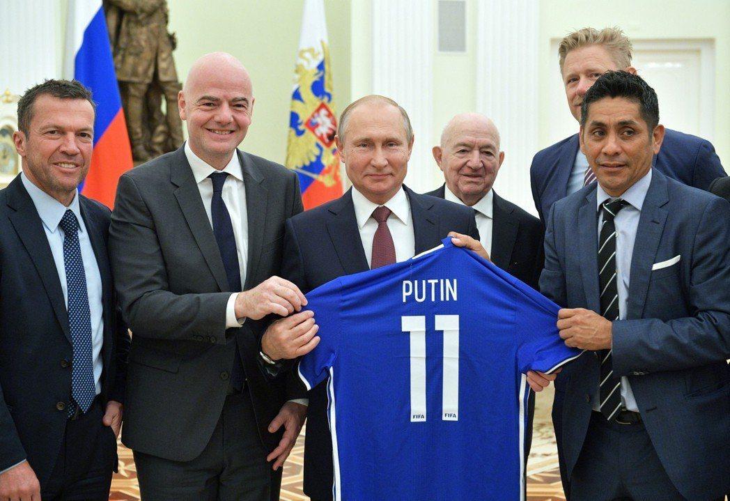 普亭(左三)支持自己國家足球隊。 美聯社