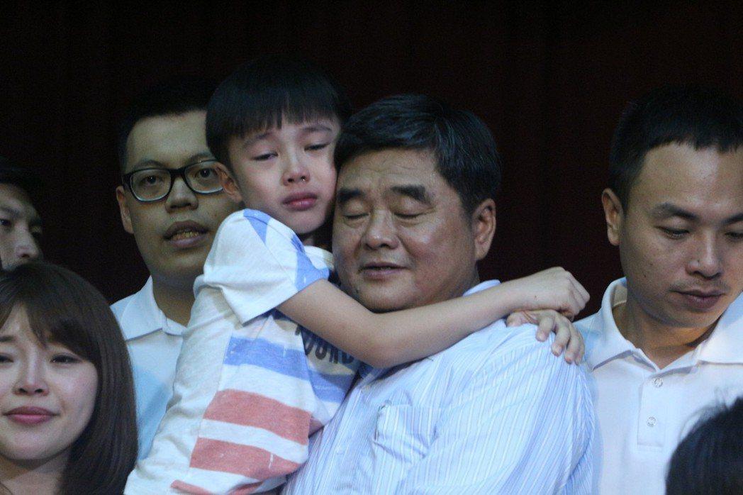 雲林縣前縣長張榮味抱著孩子,家人都哭紅了眼。記者邱奕能/攝影