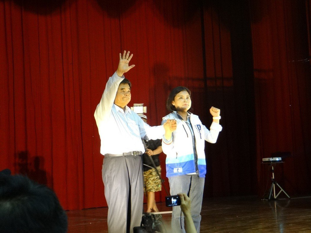 雲林縣前縣長張榮味為妹妹張麗善穿上選舉戰袍。記者蔡維斌/攝影