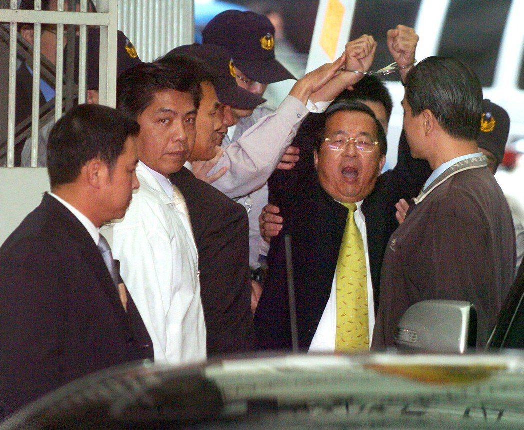 前總統陳水扁2008年被上銬,高舉雙手高喊司法迫害。圖╱聯合報系資料照片