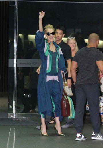 50歲的席琳狄翁(Celine Dion)正舉行亞洲巡迴,剛唱完日本、澳門場的她,11日起將來台登上小巨蛋開唱3場。她8日搭乘私人飛機在松山機場降落,雖然行程低調但現場還是有一群粉絲聚集。提早3天來...