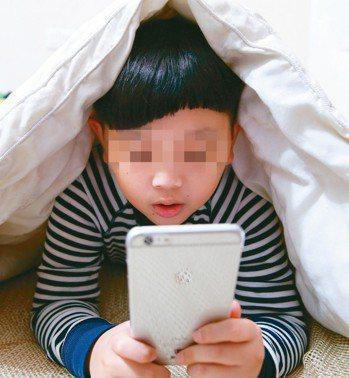 兒童在睡前玩手機會影響睡眠,(情境照,非新聞中人物。) 報系資料照