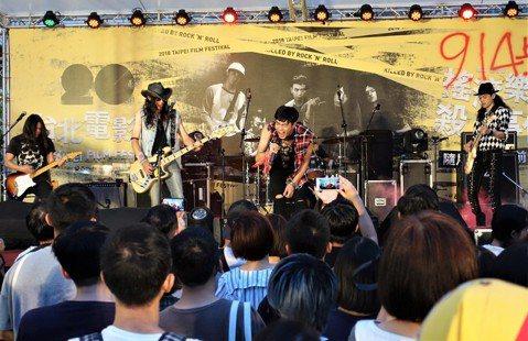 台灣少見以樂團故事為背景的電影「搖滾樂殺人事件」,集結眾多搖滾樂人演出,今晚在台北電影節世界首映,晚間更舉行隨片登台映前演唱會,用搖滾吶喊率影迷感受片中震撼魅力。「搖滾樂殺人事件」由游智煒執導,是一...