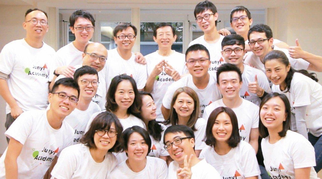 後排左四為均一創辦人方新舟、左五為董事長呂冠緯。 圖/均一提供
