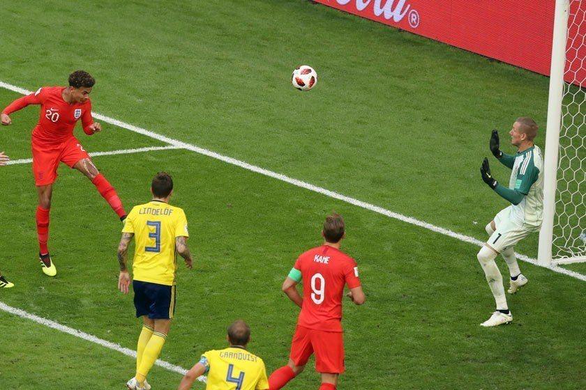 英格蘭對瑞典進的兩球都是頭槌建功。瑞典沒能造成英蘭格進攻的越位後,被阿里(左)抓...