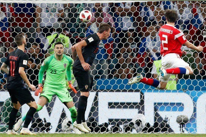 眼看克羅埃西亞就要在延長賽中取勝,俄羅斯後衛費南迪斯(右)硬是飛身跳得半天高後把...