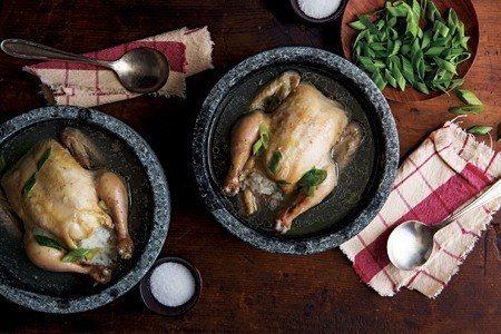 熱呼呼的韓式蔘雞湯在韓國是夏日補品 (照片/紐約時報提供)