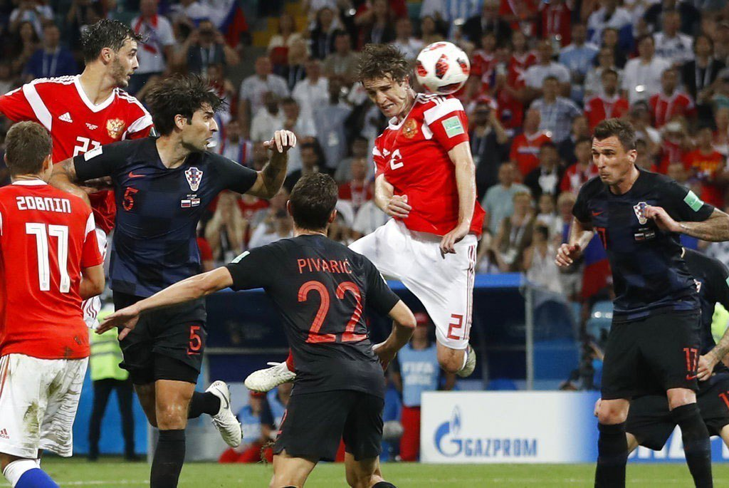 俄羅斯費南迪斯(右二)頭錘進球追平。美聯社