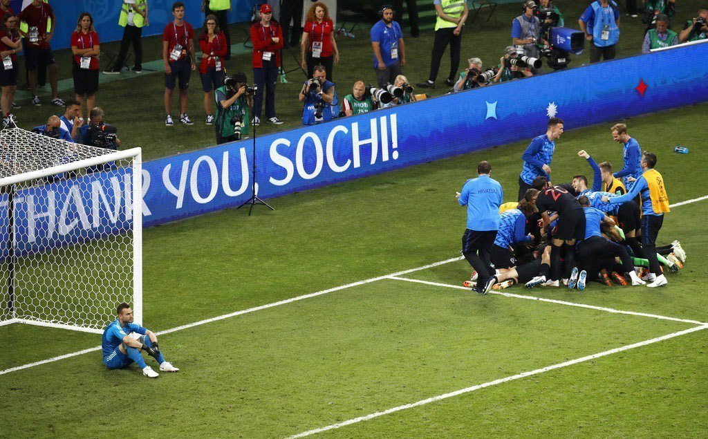 克羅埃西亞PK擊敗俄羅斯,克羅埃西亞球員齊聚慶賀,俄羅斯守門員呆坐球門前。美聯社