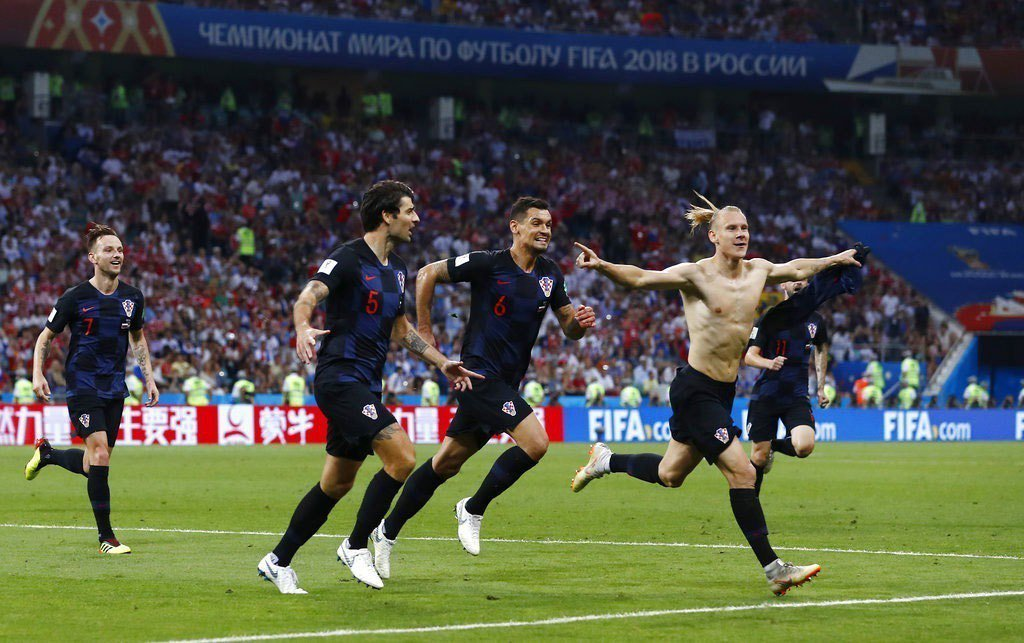 克羅埃西亞維達(右)頂進球門,脫下球衣慶祝。美聯社