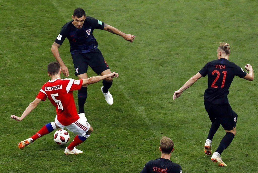 俄羅斯切里謝夫(左)勁射破網。美聯社