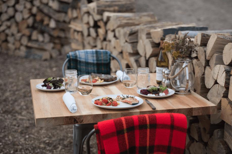 營地附設戶外餐廳,可在野外享用美食。取自 Collective Retreats