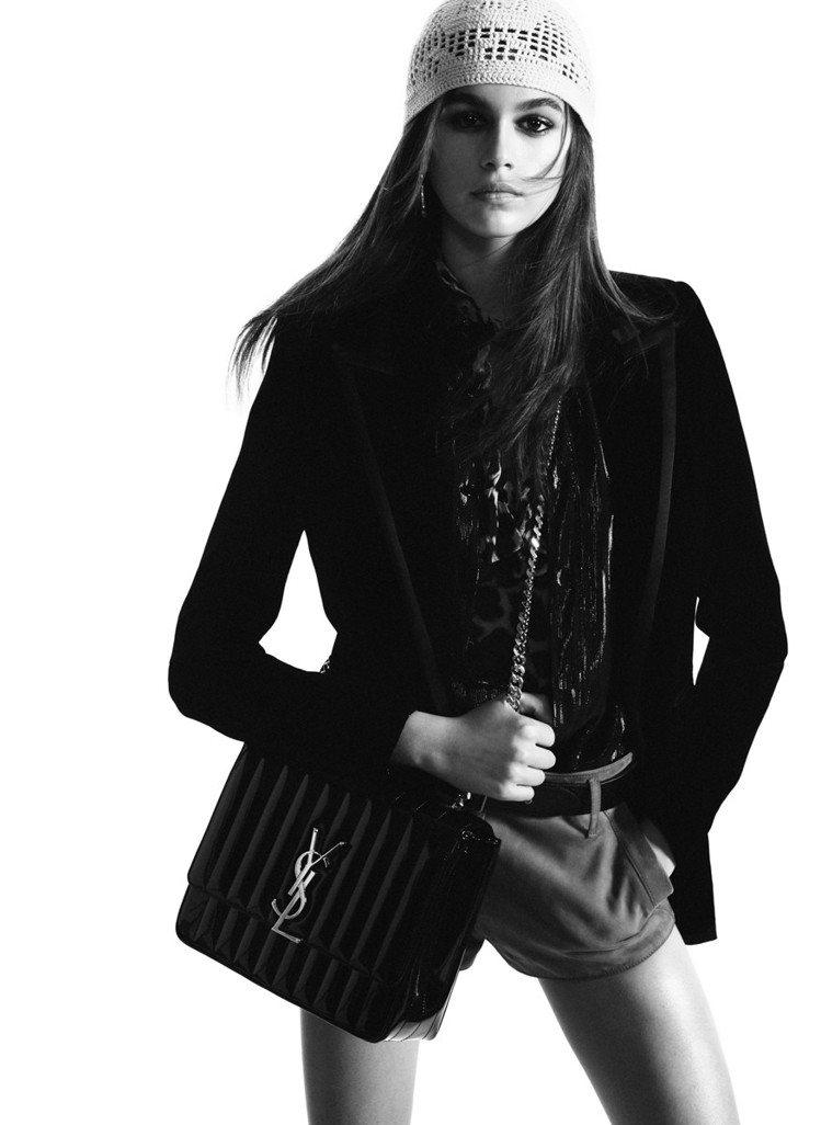 凱亞葛柏(Kaia Gerber)入鏡Saint Laurent全新形象廣告,拎...