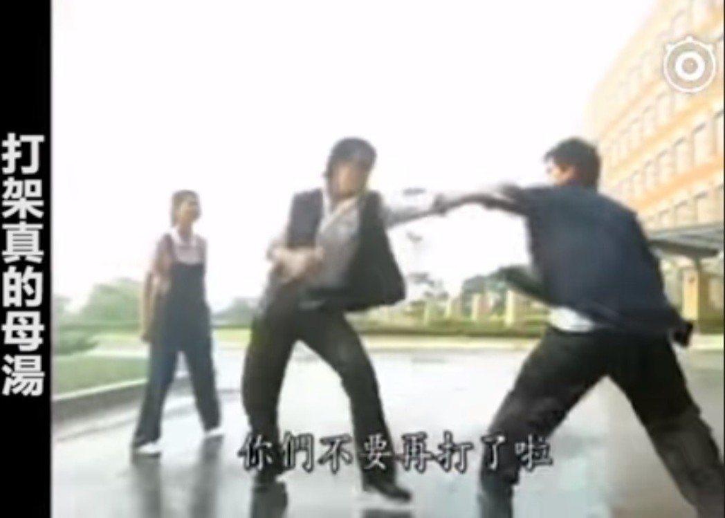 「紫禁之巔」劇中尬舞橋段讓網友直呼「尷尬癌」上身。圖/截圖自「鄉民的三國志」臉書