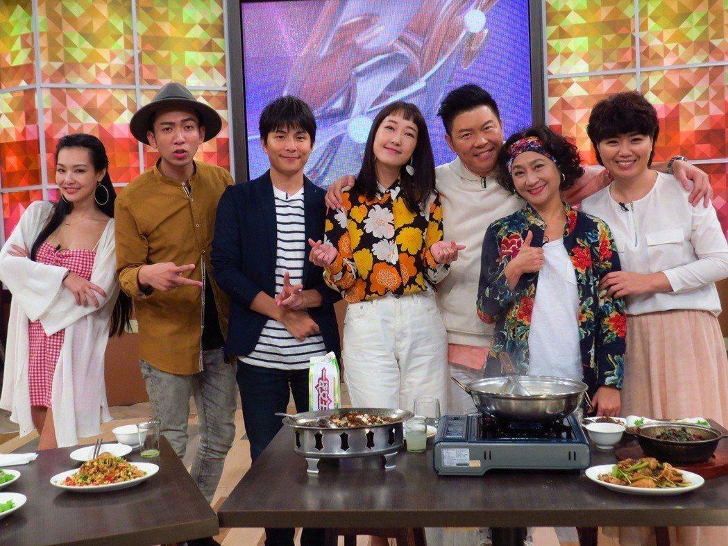 孫協志(左三)錄衛視中文台「一袋女王」。圖/衛視中文台提供