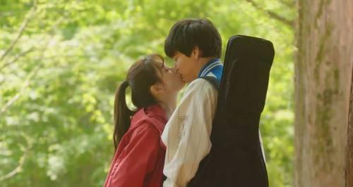 姜棟元與韓孝周在電影中剛見面就演吻戲。圖/friDay影音提供