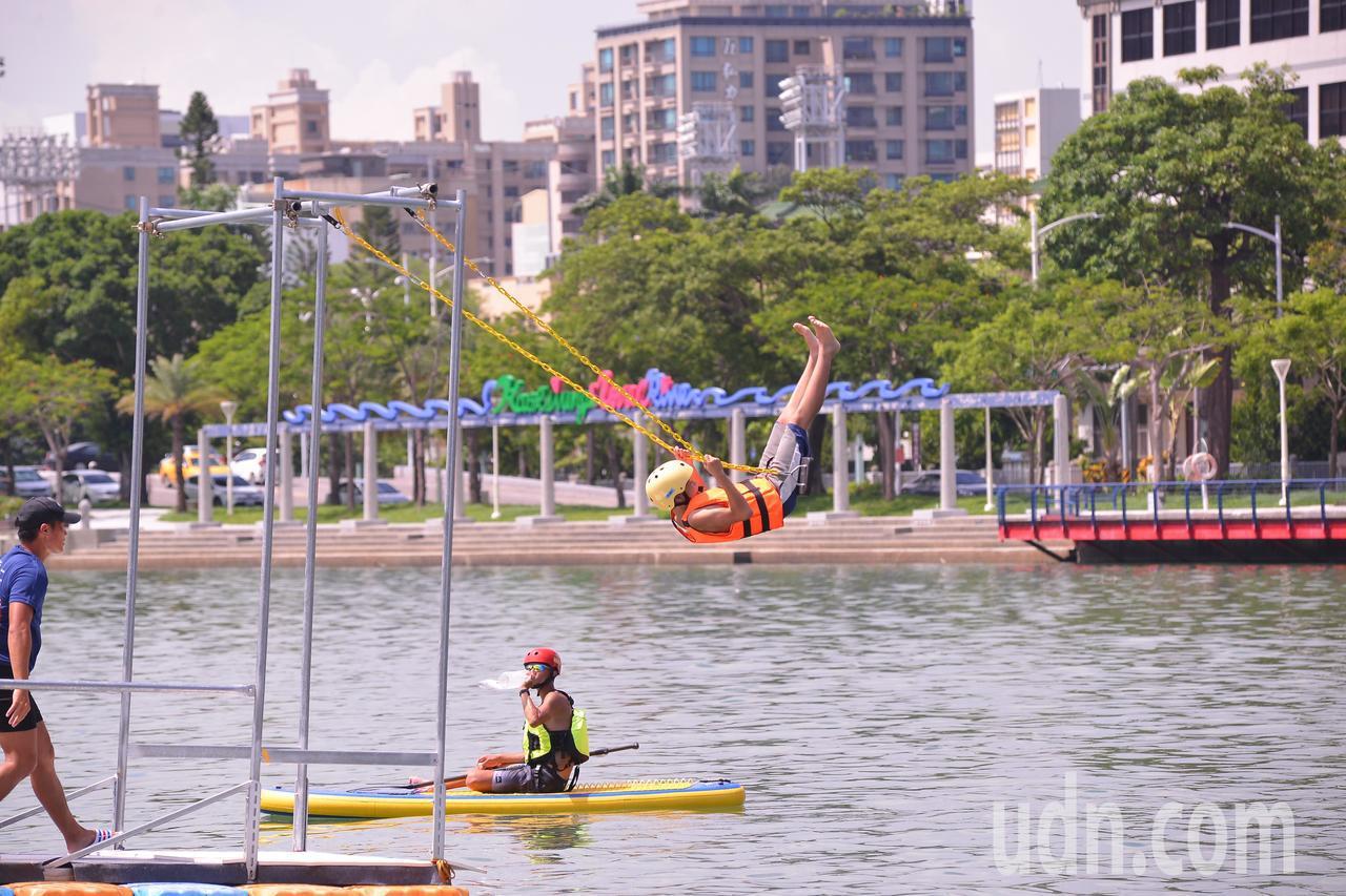 高雄愛河今天下午辦水上活動推出盪鞦韆跳愛河,吸引不少年輕人,都說是難得體驗。記者...