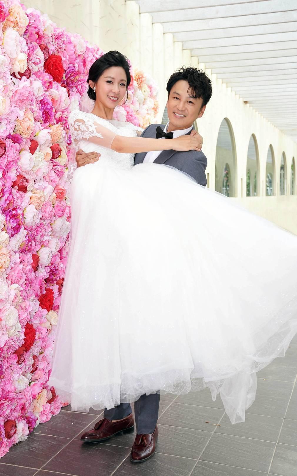 安唯綾(左)與張書偉在「情.份」中上演婚戶外婚禮戲。圖/台視提供