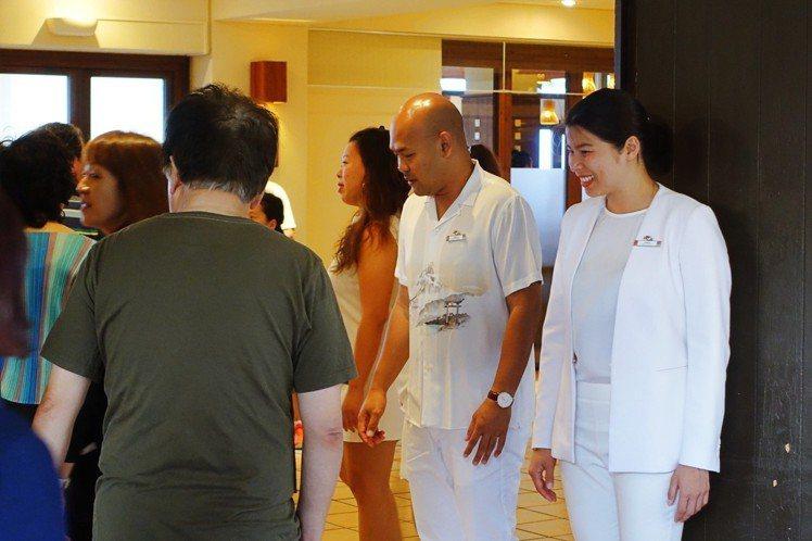 村長Anna和G.O.在餐廳門口歡迎客人進場。記者沈佩臻/攝影