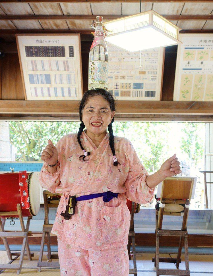 石垣島八重山民俗文化村擁有歷史建築,還有爺爺奶奶帶著你跳舞、玩三板。記者沈佩臻/...