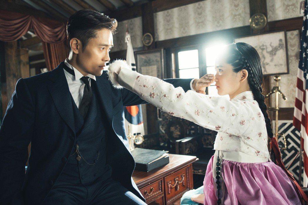 李炳憲和金泰梨用演技克服年紀差距。圖/tvN提供