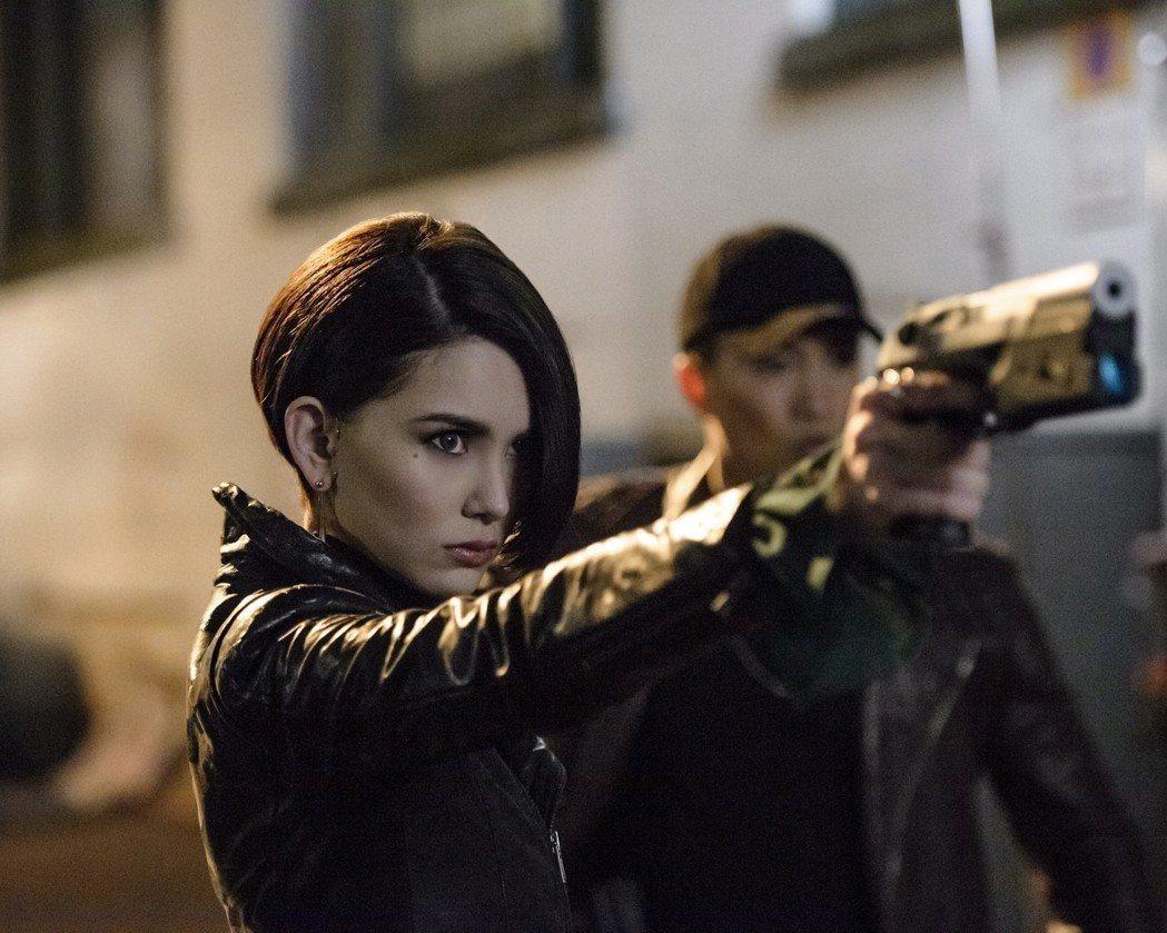 昆凌在片中扮演女殺手。圖/環球影業提供