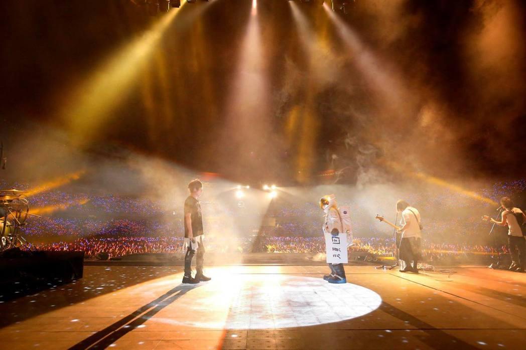 五月天連著兩天在大陸昆明舉辦「人生無限公司」巡演。圖/摘自臉書
