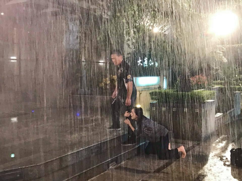 張靜之演出三立「金家好媳婦」中的小三被掃地出門,暴風雨中哭著跪求江宏恩。圖/摘自...