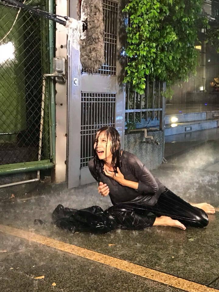張靜之演出三立「金家好媳婦」中的小三被掃地出門,哭倒在暴風雨中。圖/摘自臉書