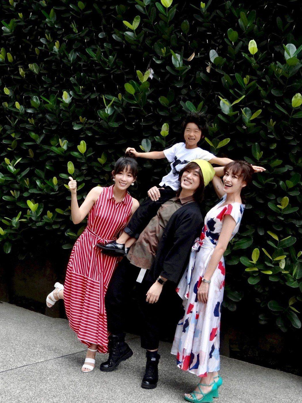 安唯綾(左起)、白潤音、導演李鼎、姚以緹為電視電影「烏鴉燒」宣傳。圖/客台提供