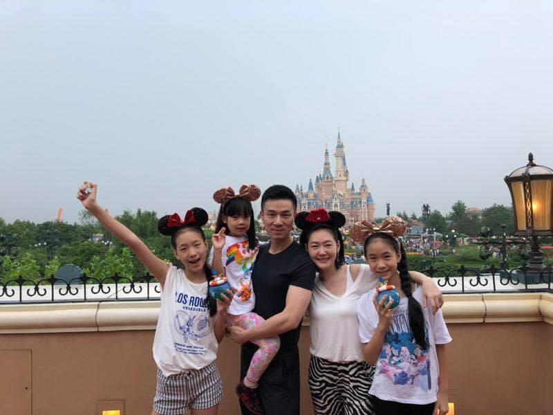 小S(右二)與老公(左三)近日帶著3個女兒赴上海迪士尼遊玩。圖/摘自臉書