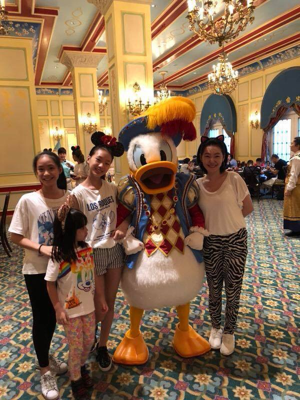 小S(右一)近日帶著3個女兒赴上海迪士尼遊玩。圖/摘自臉書