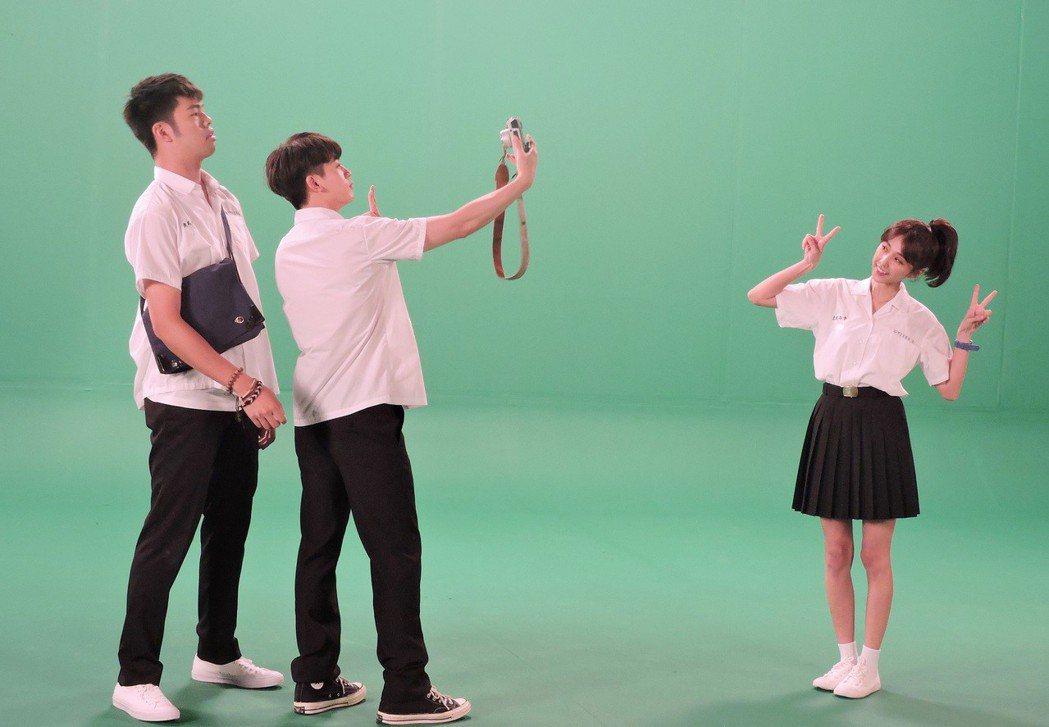 邵雨薇(右起)、吳思賢、陳大天拍攝宣傳照。圖/東森提供