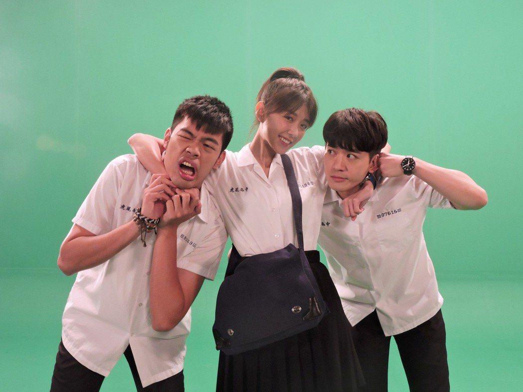 吳思賢(右起)、邵雨薇、陳大天穿上高中制服,像回到校園時期。圖/東森提供