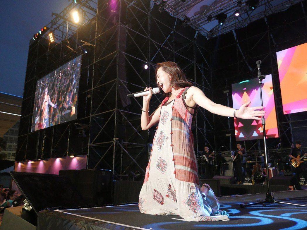 彭佳慧賣跪在台上賣力演唱。圖/寬寬提供