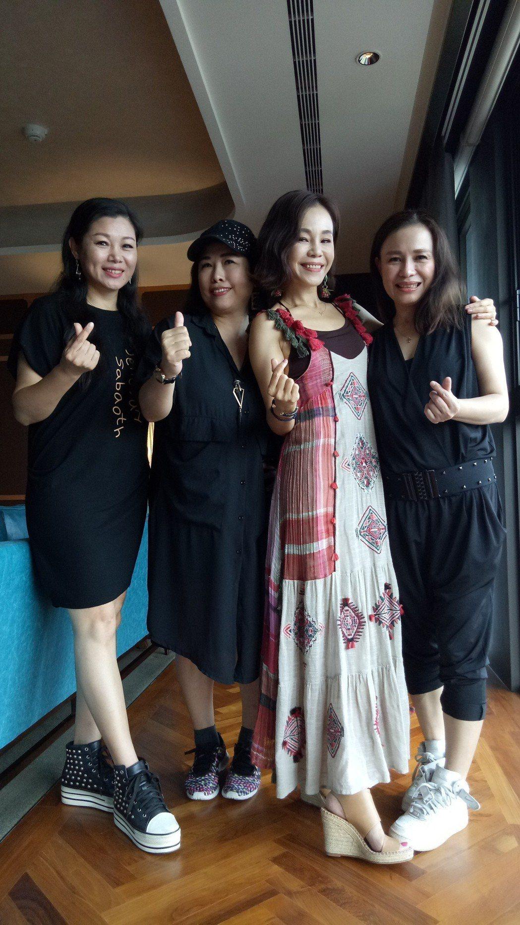 彭佳慧(右二)邀請妹妹(右起)跟兩位閨密上台合唱。圖/寬寬提供