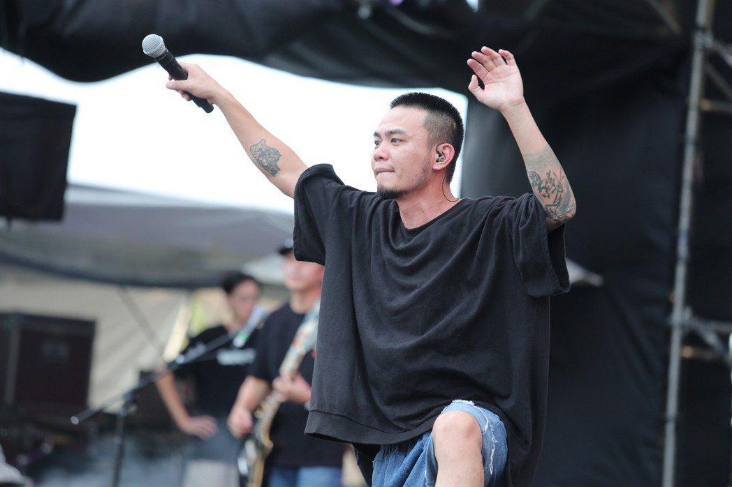 滅火器樂團主唱楊大正舉起麥克風,讓觀眾大合唱。圖/寬寬提供