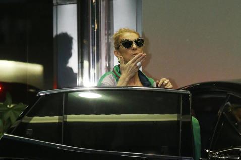 加拿大歌手席琳狄翁即將在台舉辦演唱會,深夜她與家人搭乘私人專機抵達松山機場,面對機場外歌迷與媒體記者,她親切的揮手打招呼並向鏡頭發送飛吻。