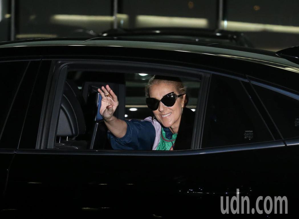 加拿大歌手席琳狄翁搭乘私人專機抵達松山機場,親切地揮手打招呼並向鏡頭發送飛吻。記...